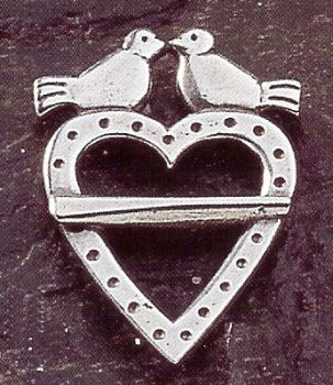 Hjertesolje Liten Simple Pewter Dove and Heart Pin Brooch